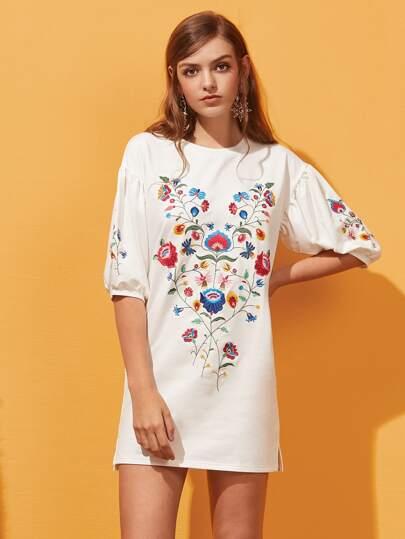 Kleid mit Elbowärmeln, Blumen Stickereien und Schlitzseite