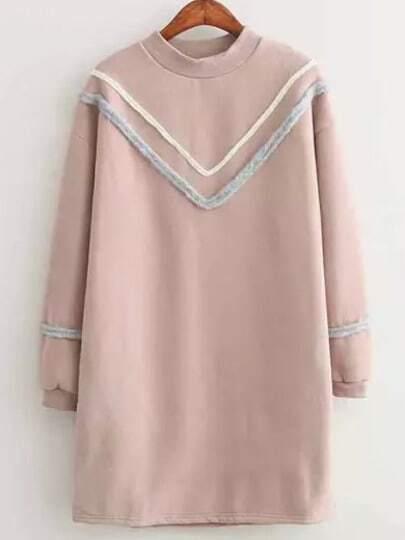 Розовое платье свободного кроя с оригинальной отделкой