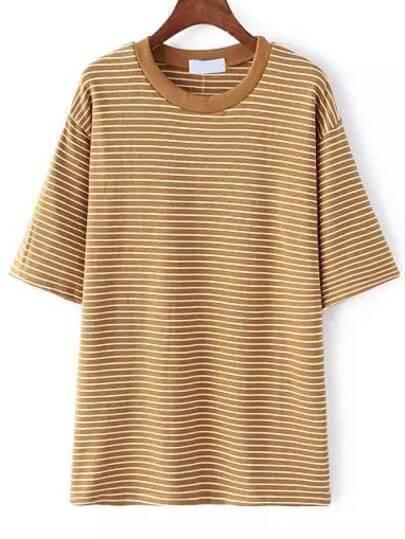 Коричневая футболка в полоску