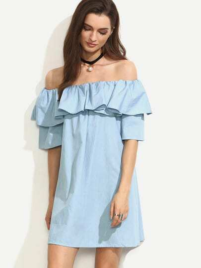 Синее платье с открытыми плечами и рукавами