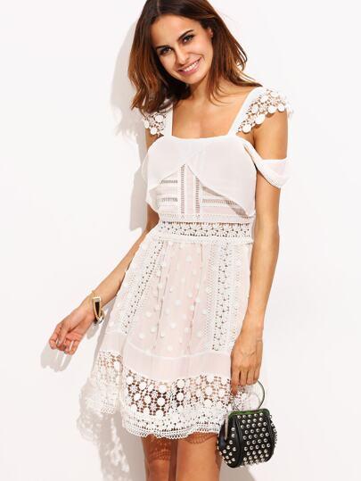 Белое платье с кружевное вставкой с открытыми плечами