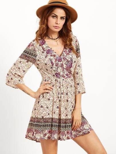 модное цветочное платье с  низким вырезом ворота