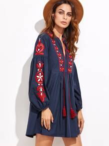 Тёмно-синее модное платье с бахромой и вышивкой