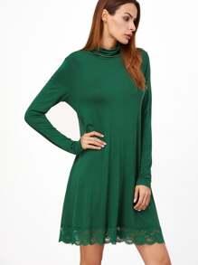 Vestido recto con cuello alto y ribete de encaje - verde