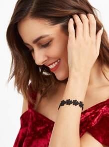 Bracelet mignon floral en dentelle avec marguerite - noir