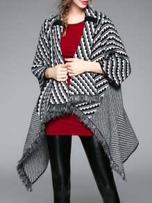 Abrigo estilo capa asimétrico con estampado zigzag y flecos - negro