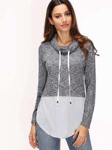 Camiseta con cuello alto y bajo redondeado - gris