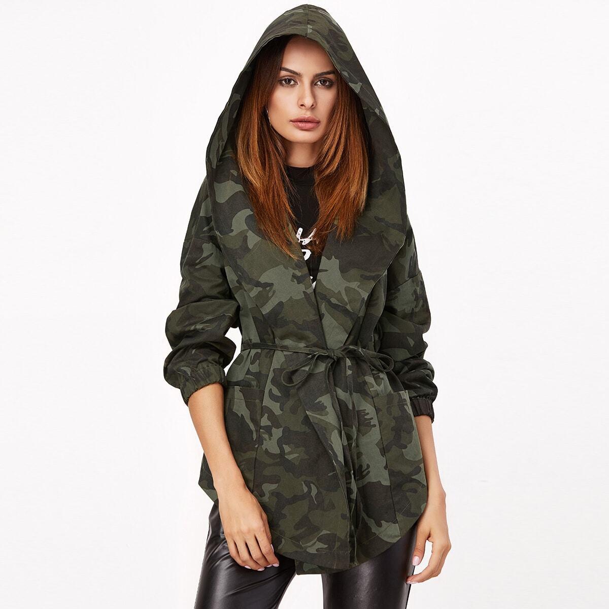 Jas met camouflageprint, knooplint en hoodie