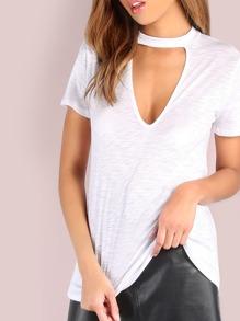 Белая модная футболка с V-образным вырезом