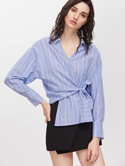 Blaue gestreifte geknotete Surplice Verpackung Asymmetrische Bluse