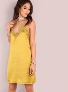Vestido de satén con tirantes y ribete de encaje - amarillo