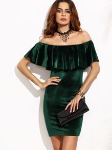 Зелёное бархатное платье с открытыми плечами с воланами