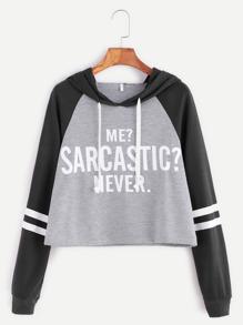 Sweat-shirt contrasté manche raglan à capuche imprimé slogan court