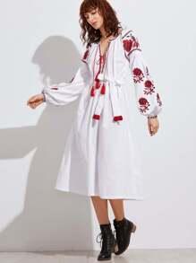 Weißer Troddel-gebundener Plunge Ansatz gesticktes ländliches Kleid