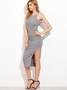серое модное платье с вырезом
