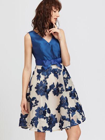 Тёмно-синее модное платье с вышивкой и V-образным вырезом