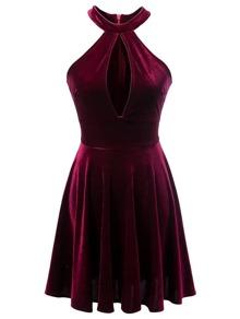 burgund, schulterfreien kleid samt einem schlüsselloch