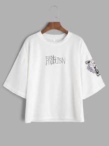 Weißes T-Shirt mit Buchstaben und sehr tief angesetzter Schulterpartie