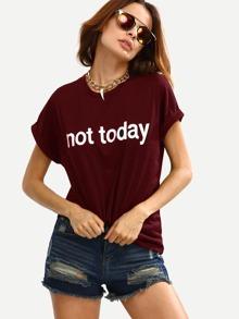 Бордовая модная футболка с текстовым принтом