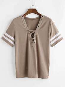 Camiseta con cuello en V con cordones de raya universitaria - caqui