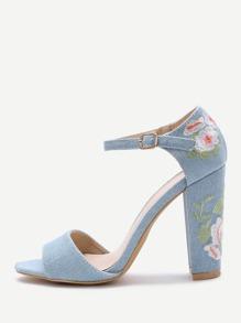 Sandalias azules del talón del bordado de la flor azul