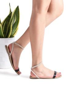Sandales plates à bride noire
