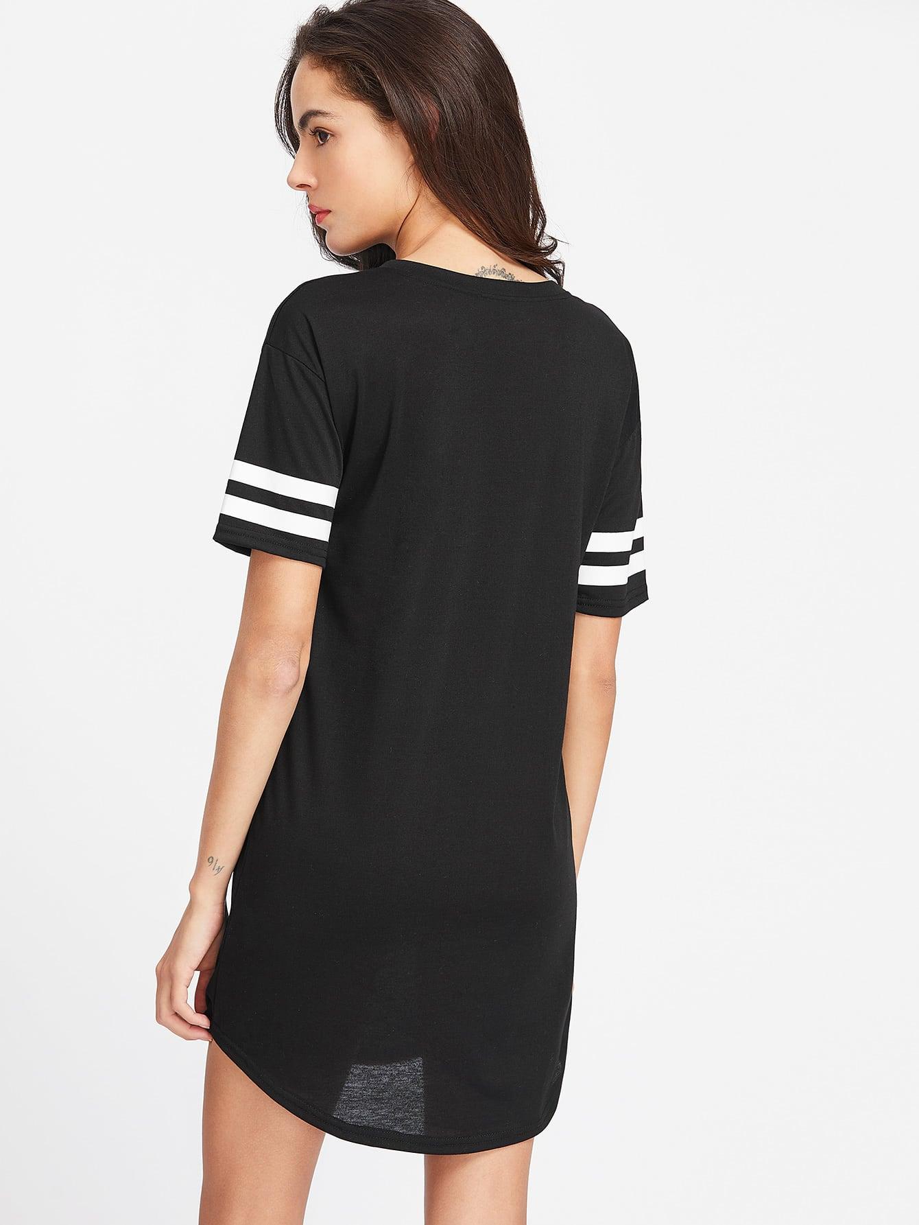 Schwarzes kleid v ausschnitt