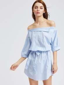 Модное платье в полоску с поясом и овальным вырезом
