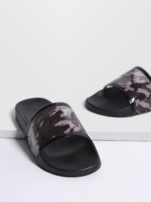 Chanclas de pu con estampado de camuflage - negro