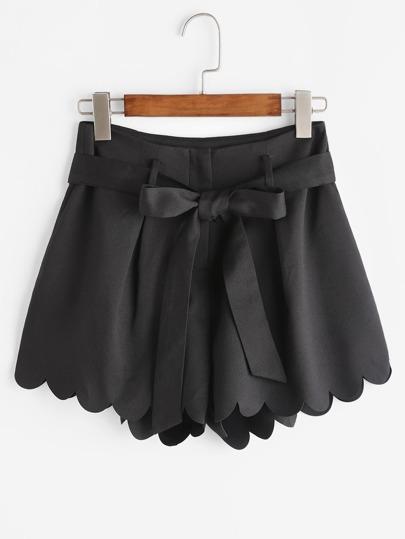 Shorts con bajo festoneado con cinturón