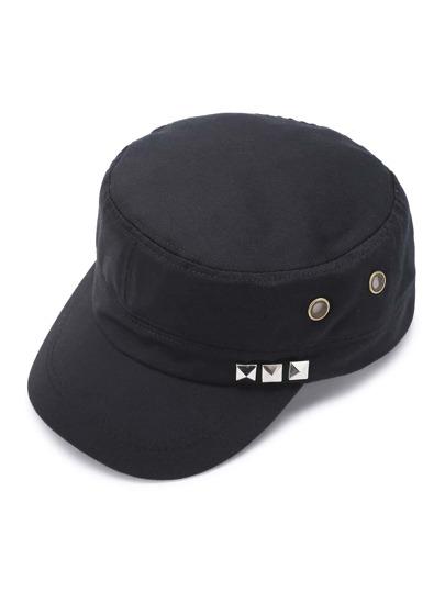 Gorra con diseño de tachuelas y ojales