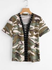 Camiseta con estampado camuflaje con ojales y cordones