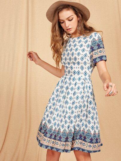 Kleid mit Kurzärmeln und Stammmuster