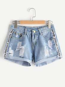 Shorts en denim roto de doblez con diseño de cinta de letras