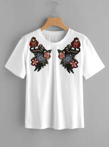 Camiseta con detalle de parche de bordado con hombros caídos