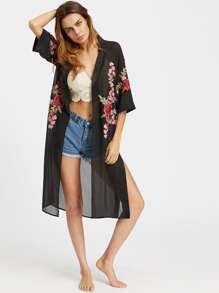Kimono in chiffon con spacco laterale e applique ricamato