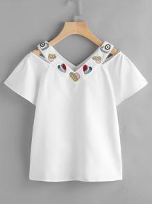 Camiseta de cuello con abertura bordada de corazón