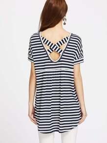 Camiseta asimétrica de rayas y espalda en V con tiras cruzadas