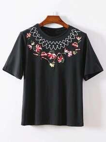 Camiseta con bordado de flor con adornos de pedrería
