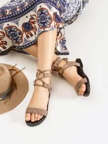 Sandalias planas con detalle de borlas con cordones