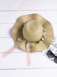 Cappello di paglia con ricamo di rosa con cravatta a farfalla