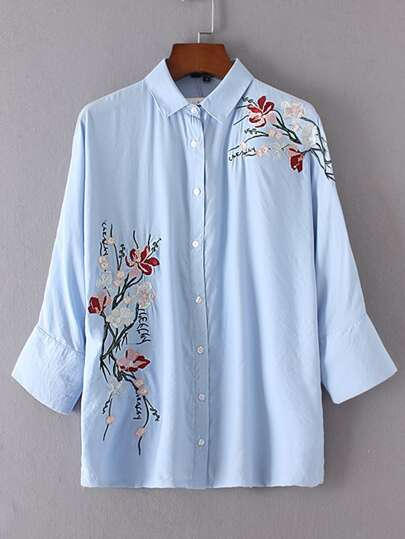 Blusa con bordado de flor con una botonadura