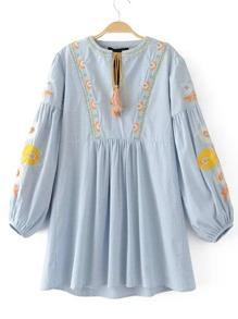 Vestido con hombros caídos con bordado y corón de borlas