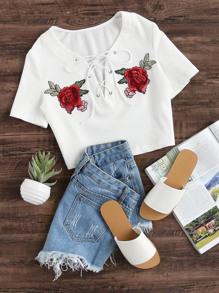 Camiseta corta de canalé con detalle de parche de cordones