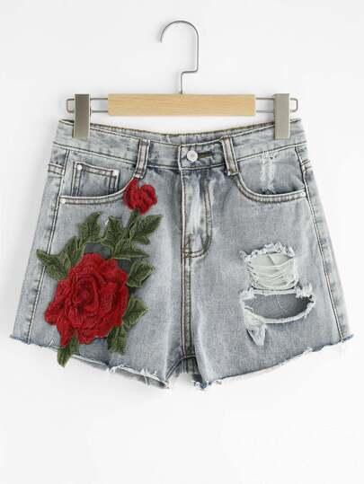 Shorts lacéré en denim avec des appliques des roses