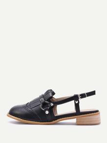 Zapatos con diseño de borlas con abertura a láser con tachuelas