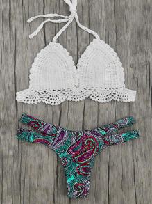 Top di bikini all'uncinetto con slip bikini stampato