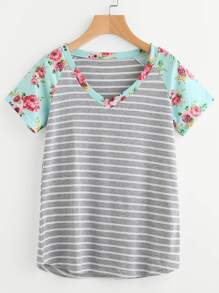 Camiseta de rayas con escote en V con estampado floral
