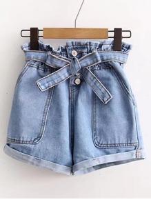 Shorts avec une ceinture en denim