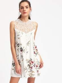 Kleid mit Aushöhlen, Spitzen und Blumen